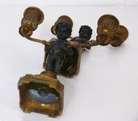 Coppia di piccoli doppieri in bronzo con putti