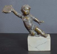 Puttino in bronzo con tamburello